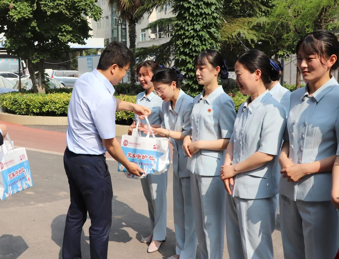 完美河南分公司慰问抗议女医务工作者公益活动